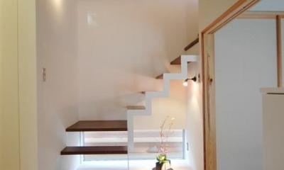 狭小土地に建つ自然素材で造る2世帯住宅 (階段と地窓)