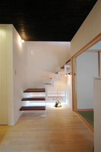 階段と地窓 (狭小土地に建つ自然素材で造る2世帯住宅)