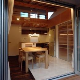 狭小土地に建つ自然素材で造る2世帯住宅-ベランダよりダイニングキッチンを見る