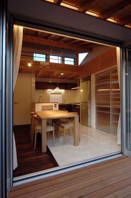 狭小土地に建つ自然素材で造る2世帯住宅 (ベランダよりダイニングキッチンを見る)