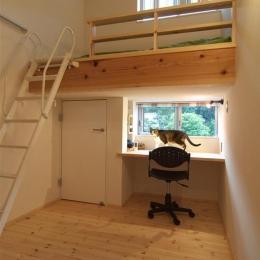 狭小土地に建つ自然素材で造る2世帯住宅 (ロフトベッドの子供室)
