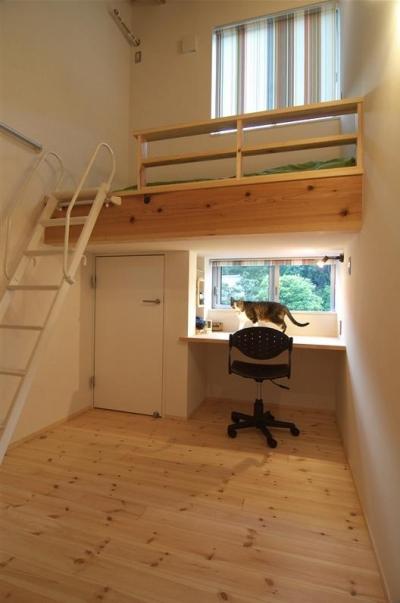ロフトベッドの子供室 (狭小土地に建つ自然素材で造る2世帯住宅)