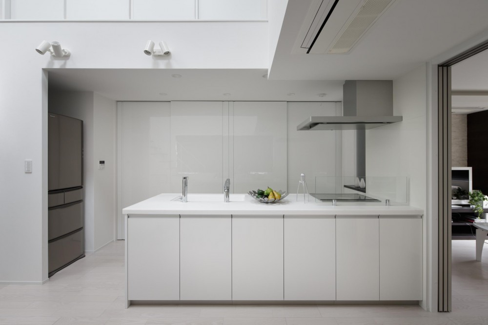 光が吹き抜ける白い家 (キッチン)