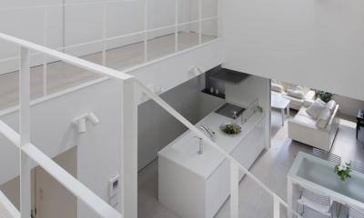 光が吹き抜ける白い家 (廊下)