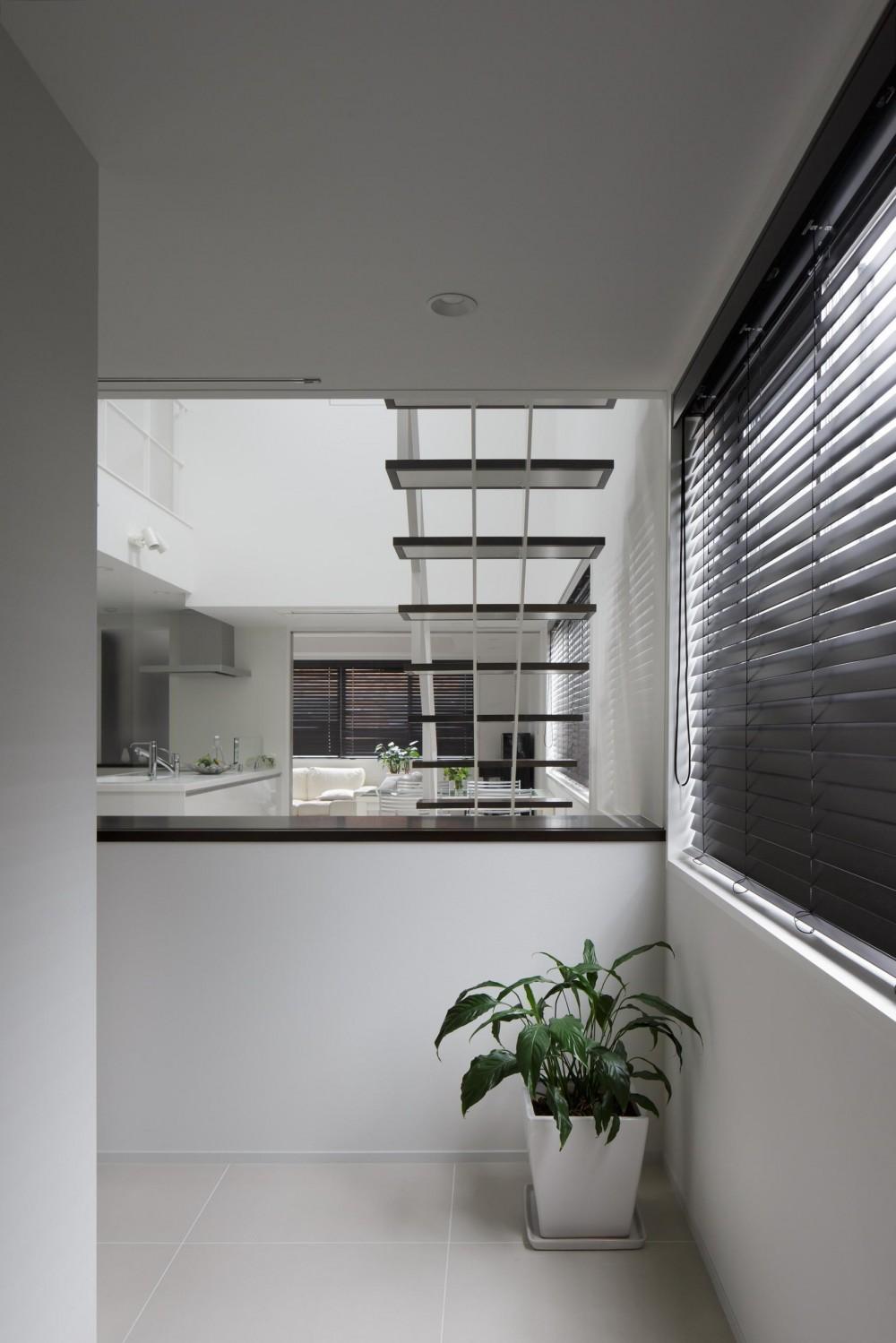 光が吹き抜ける白い家 (玄関ホール)