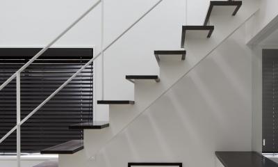 光が吹き抜ける白い家 (階段)