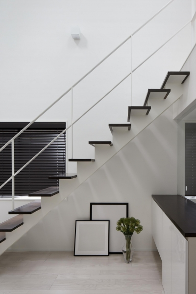 階段 (光が吹き抜ける白い家)