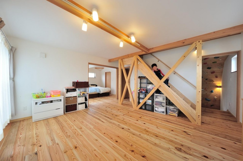 『フリークライマーズ ハウス』〜子供が成長できる夢の住まい〜 (多目的スペース・階段下収納)