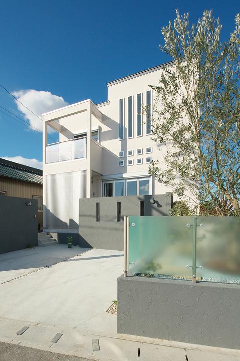 『スクエアハウス』〜大きな吹き抜けのある開放的な住まい〜の部屋 無機質な四角い外観