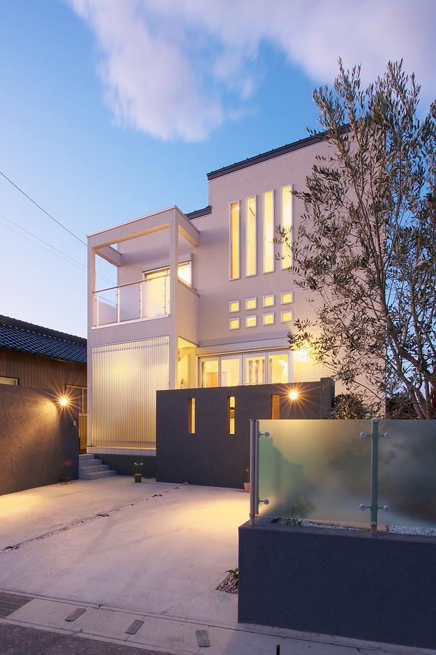 『スクエアハウス』〜大きな吹き抜けのある開放的な住まい〜の部屋 無機質な四角い外観-夕景