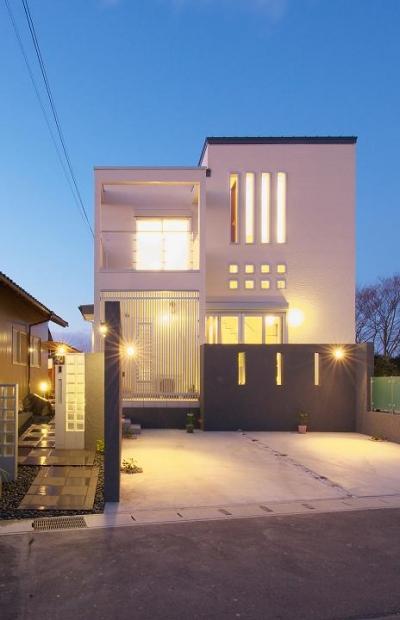 無機質な四角い家-正面外観 (『スクエアハウス』〜大きな吹き抜けのある開放的な住まい〜)