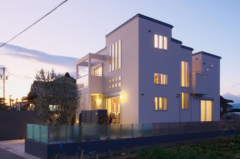 『スクエアハウス』〜大きな吹き抜けのある開放的な住まい〜の部屋 四角が集まった開放的な家
