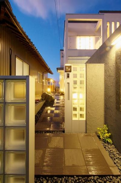 『スクエアハウス』〜大きな吹き抜けのある開放的な住まい〜 (ガラスブロックの門柱が迎える玄関アプローチ)