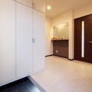 『スクエアハウス』〜大きな吹き抜けのある開放的な住まい〜の写真 シンプルモダンな玄関