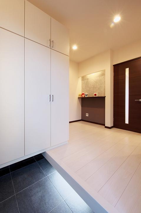 『スクエアハウス』〜大きな吹き抜けのある開放的な住まい〜の部屋 シンプルモダンな玄関