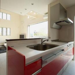 『スクエアハウス』〜大きな吹き抜けのある開放的な住まい〜 (赤が映える対面式キッチン)