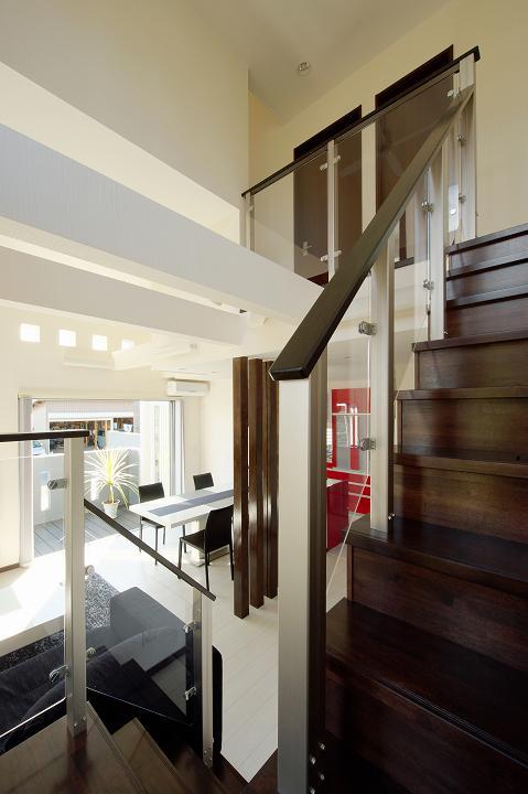 『スクエアハウス』〜大きな吹き抜けのある開放的な住まい〜の部屋 吹き抜けのリビング階段