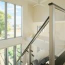 『スクエアハウス』〜大きな吹き抜けのある開放的な住まい〜の写真 大きな窓のある明るい吹き抜け部分