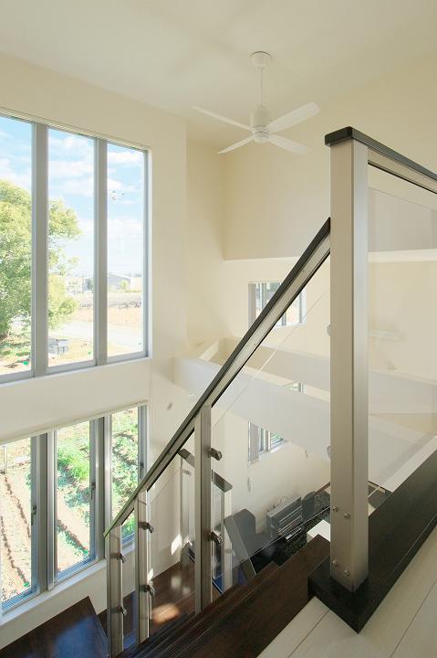 『スクエアハウス』〜大きな吹き抜けのある開放的な住まい〜の部屋 大きな窓のある明るい吹き抜け部分