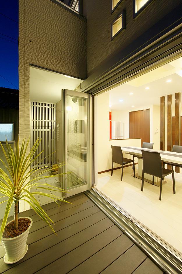 『スクエアハウス』〜大きな吹き抜けのある開放的な住まい〜の部屋 開放的なフルオープンテラス