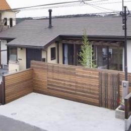 K邸・南北に風が抜ける家 (木製フェンスが温かみを与える外観)
