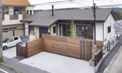 木製フェンスが温かみを与える外観|K邸・南北に風が抜ける家