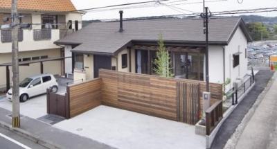 木製フェンスが温かみを与える外観 (K邸・南北に風が抜ける家)