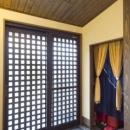 黒い格子戸の玄関