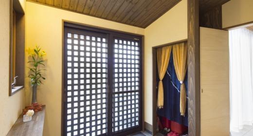 K邸・南北に風が抜ける家 (黒い格子戸の玄関)
