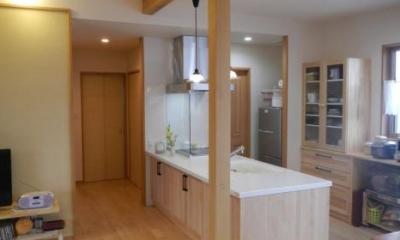 温かな木目調キッチン-1|K邸・南北に風が抜ける家