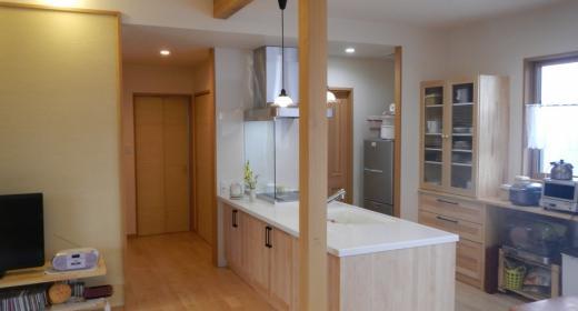 K邸・南北に風が抜ける家の写真 温かな木目調キッチン-1