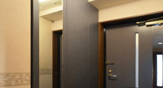 Y邸・自分好みにカスタマイズするマンションリフォームの写真 玄関収納-closed