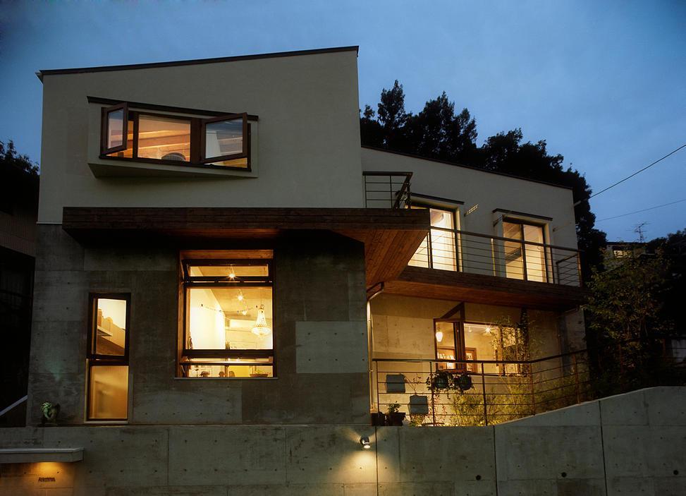 『月が丘の住宅』〜荒々しくも柔らかな佇まいの住宅〜 (荒々しくも柔らかな外観)