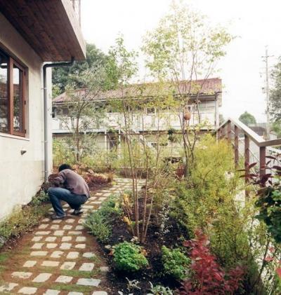 カントリー調の庭 (『月が丘の住宅』〜荒々しくも柔らかな佇まいの住宅〜)