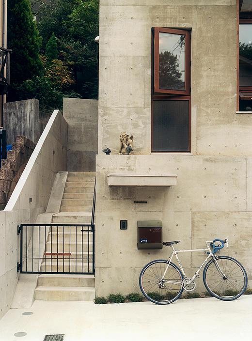 『月が丘の住宅』〜荒々しくも柔らかな佇まいの住宅〜 (コンクリートの階段アプローチ)
