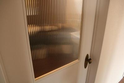 モールガラスのドア (『月が丘の住宅』〜荒々しくも柔らかな佇まいの住宅〜)