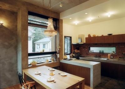 大きな窓のある温かなダイニングキッチン (『月が丘の住宅』〜荒々しくも柔らかな佇まいの住宅〜)