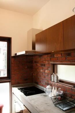 『月が丘の住宅』〜荒々しくも柔らかな佇まいの住宅〜 (煉瓦壁のコンクリート製キッチン)