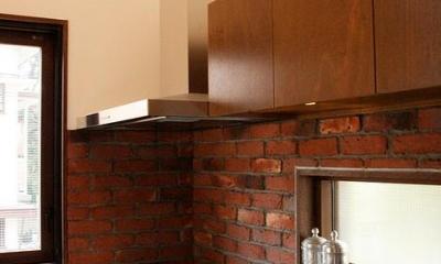 煉瓦壁のコンクリート製キッチン|『月が丘の住宅』〜荒々しくも柔らかな佇まいの住宅〜