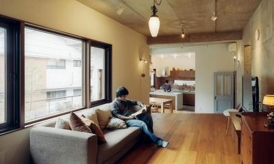 『月が丘の住宅』〜荒々しくも柔らかな佇まいの住宅〜 (スキップフロアで緩やかにつながるLDK-2)
