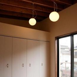 『月が丘の住宅』〜荒々しくも柔らかな佇まいの住宅〜 (2階勾配天井の洋室)