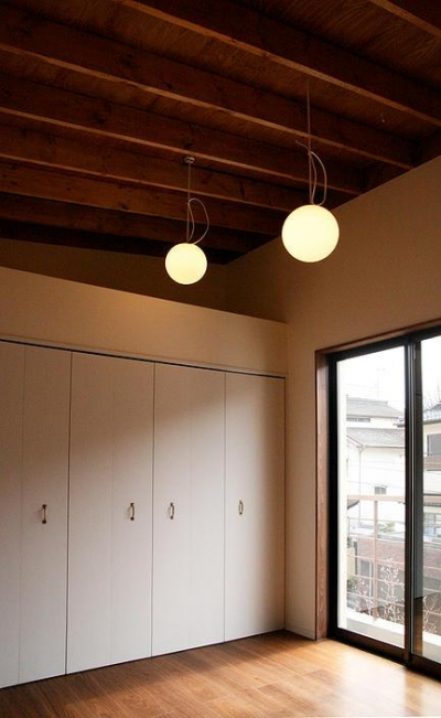 2階勾配天井の洋室 (『月が丘の住宅』〜荒々しくも柔らかな佇まいの住宅〜)