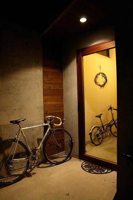 『月が丘の住宅』〜荒々しくも柔らかな佇まいの住宅〜 (自転車の置ける広々玄関)