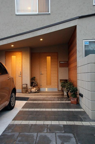 『南加木屋の住宅』〜シルエットの美しい木造2階建住宅〜 (片流れ屋根の玄関ポーチ)