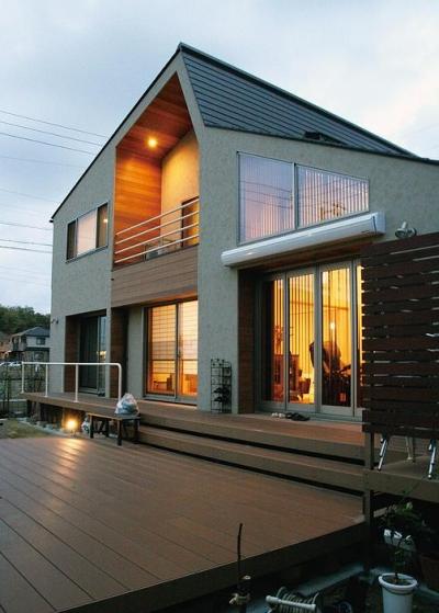 温かな外観・ウッドデッキテラス (『南加木屋の住宅』〜シルエットの美しい木造2階建住宅〜)