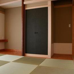 『南加木屋の住宅』〜シルエットの美しい木造2階建住宅〜 (黒い襖がアクセントの和室)