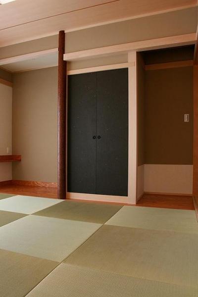 黒い襖がアクセントの和室 (『南加木屋の住宅』〜シルエットの美しい木造2階建住宅〜)
