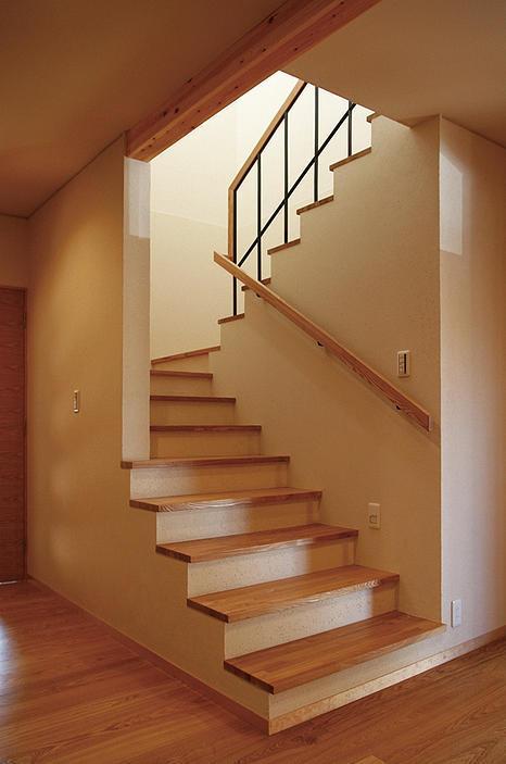 『南加木屋の住宅』〜シルエットの美しい木造2階建住宅〜の部屋 木製階段