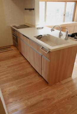 『南加木屋の住宅』〜シルエットの美しい木造2階建住宅〜 (木目調の明るいキッチン)