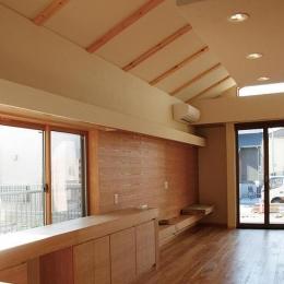 『南加木屋の住宅』〜シルエットの美しい木造2階建住宅〜-片流れ天井のLD空間